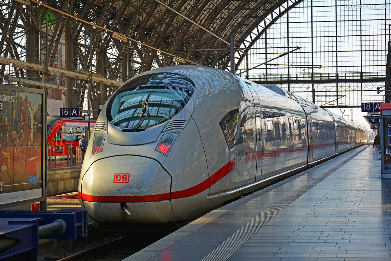 Скоростной поезд на вокзале в Кёльне
