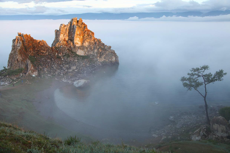 Скала Шаманка на Байкале достопримечательность фото