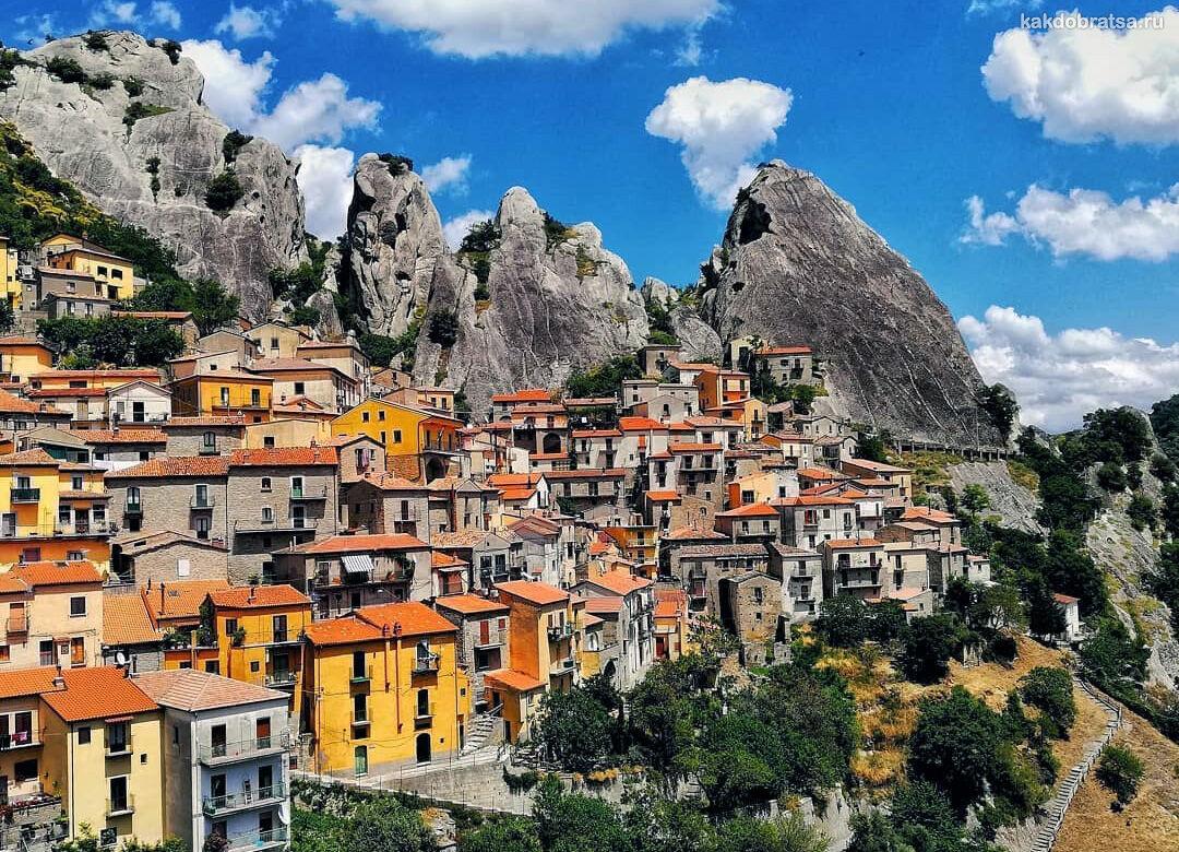 Горная деревушка Кастельмедзано в Италии