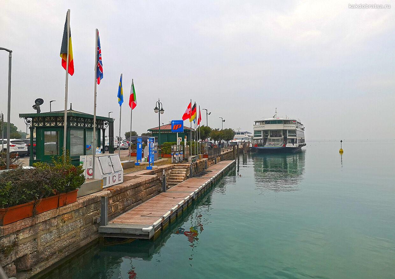Паромы и корабли на озере Гарда в Италии