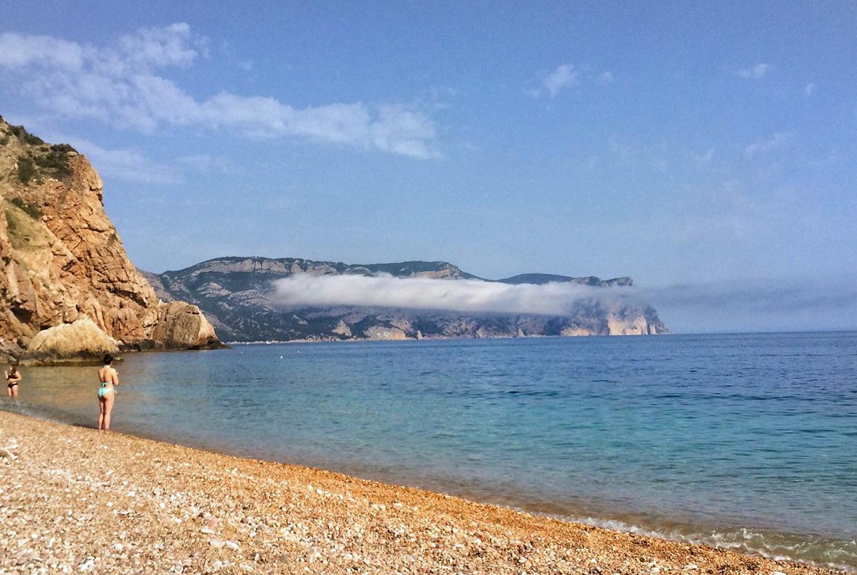 Пляж Васили в Крыму с красивыми скалами