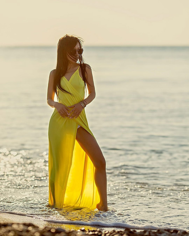 Красивая девушка на пляже в Сочи фото